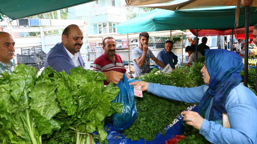 Başkan Orhan tezgaha geçti vatandaşlara satış yaptı