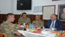 Vali Azizoğlu, mehmetçikle iftar yemeğinde buluştu