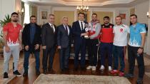 Şampiyonlar Vali Memiş'i ziyaret etti