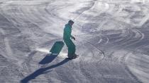 Ukraynalı turist elinde bavulla kayarak şaşırttı